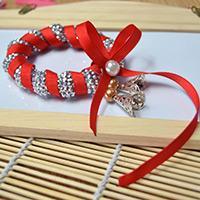 Faites Un Bracelet De Noël Étincelant Avec Du Ruban Rouge Et Des Perles En Argent