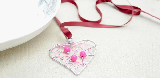 comment faire un collier simple avec pendentif coeur pour la saint valentin perles fantaisies. Black Bedroom Furniture Sets. Home Design Ideas