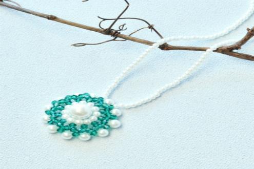 PandaHall-zelfstudie over Pearl Flower-halsketting met glaskralen