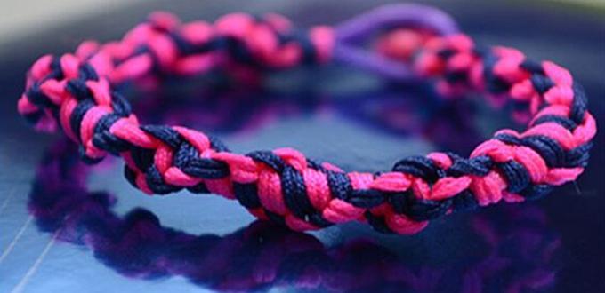 Free Macramé Pattern on Weaving a Spiral Paracord Friendship Bracelet