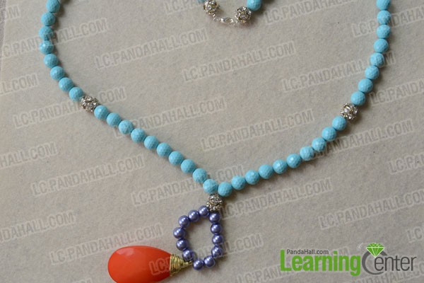 Done! The final look of the long turquoise bead necklace