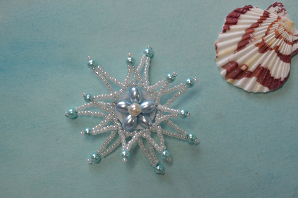 The final look of the beaded star brooch: