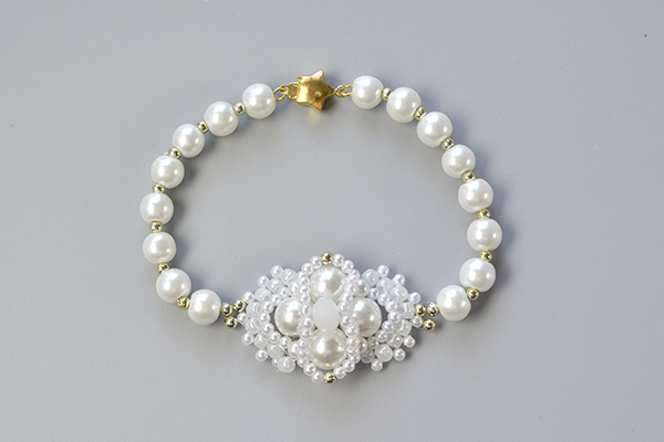 final look of the white pearl bead bracelet