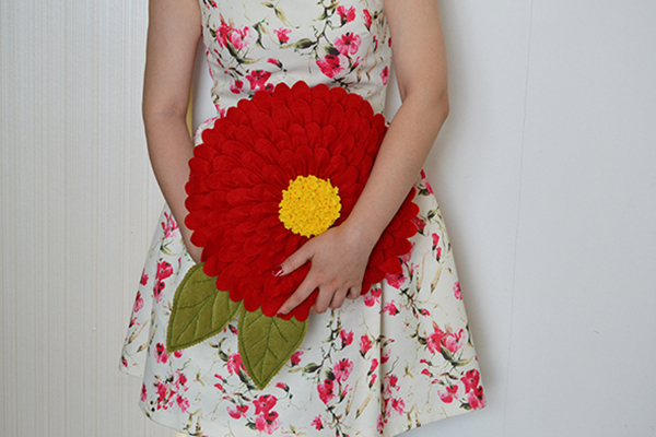 Time for the final look of the red flower felt pillow: