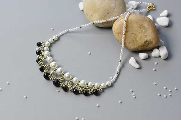 Here is the final look of the white and black pearl beads: