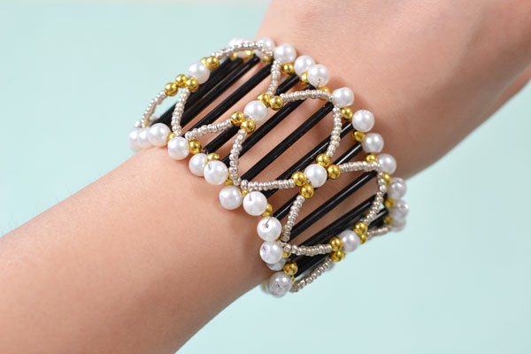 final look of the wide bead bangle bracelet