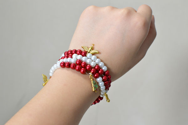 final look of the simple red and white pearl bracelet