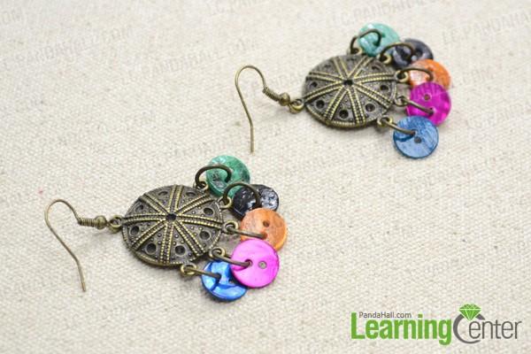 Faire une paire de boucles d 39 oreilles vintage de pendentif - Comment faire un bracelet avec des boutons ...