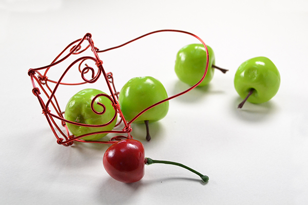 final look of the small red heart wire wrapped basket craft