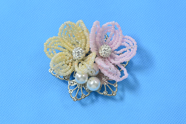 final look of the seed bead flower brooch