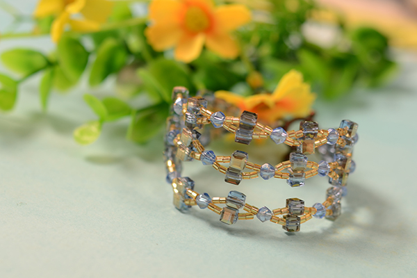Let's have a look at the final piece of this DIY beaded bangle bracelet!