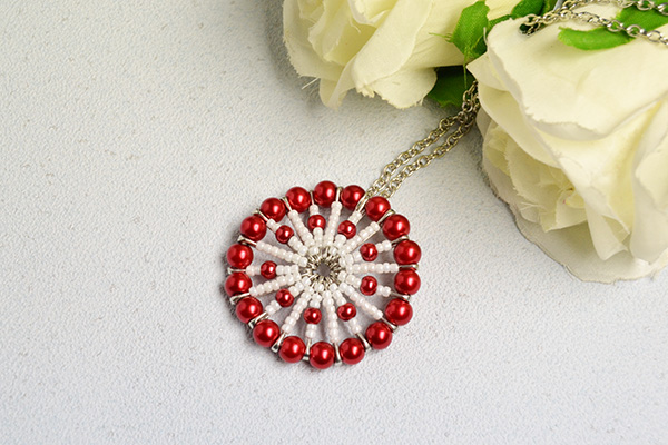 final look of the red pearl bead and white seed bead circular pendant necklace
