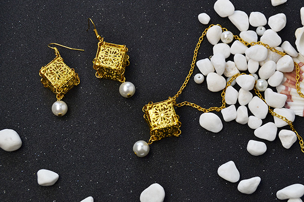 final look of the golden cube pendant necklace and earrings jewelry set