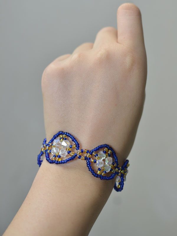 final look of the blue handmade seed beaded bracelet