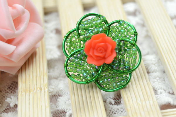 The final look of this beautiful wire wrapped flower ring