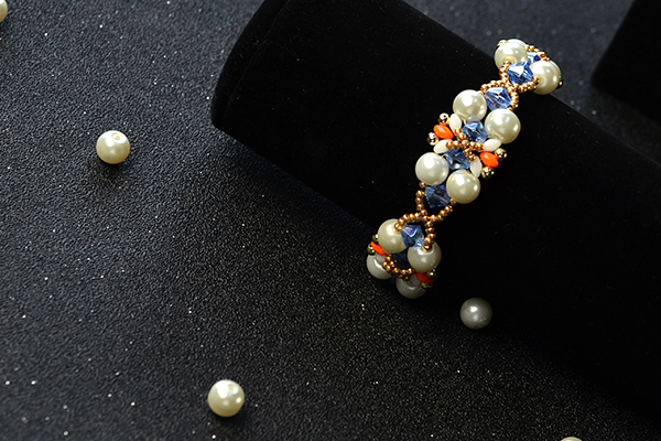 The final look of the pearl bead bracelet