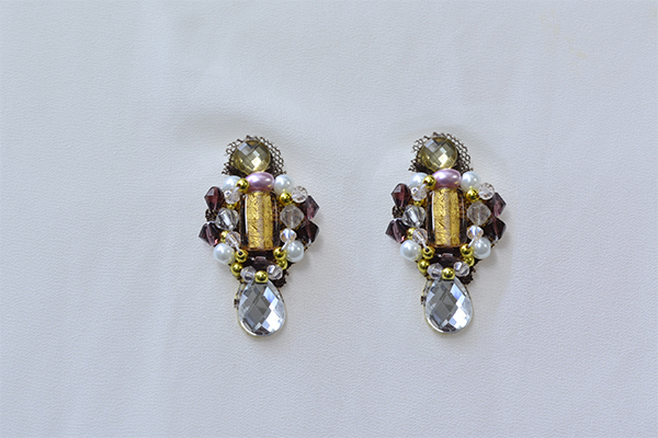 Look at the final piece of this pair of vintage beaded drop earrings!