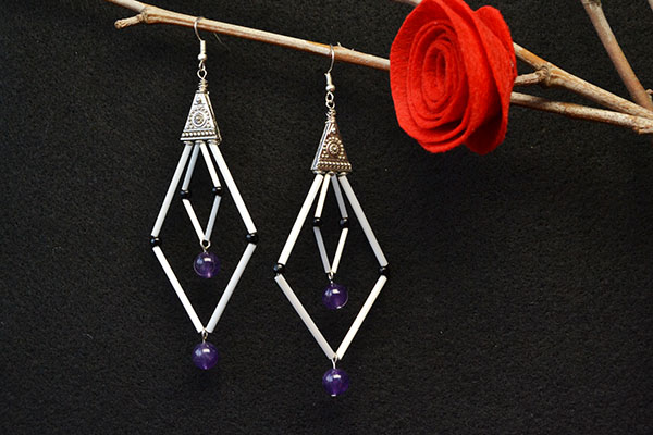 Here is the final look of the Tibetan bugle and seed beads earrings: