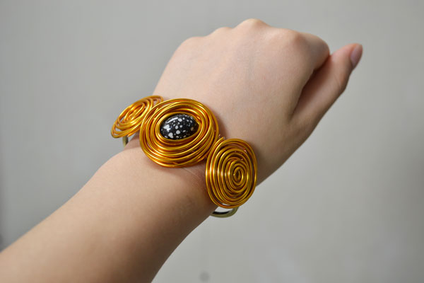 final look of the golden wire wrapped bangle bracelet
