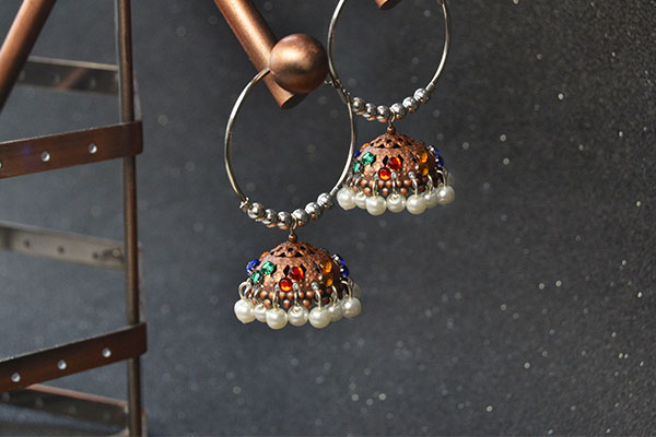 Now, this pair of Tibetan pearl and cabochons hoop earrings has been finished: