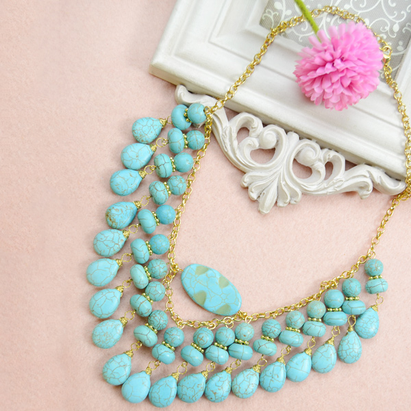 The final look of the choker turquoise chain necklace