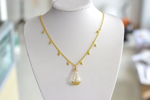 Here is the final look of this long gold chain necklace with lampwork glass pendent! I made it in 10 minutes!