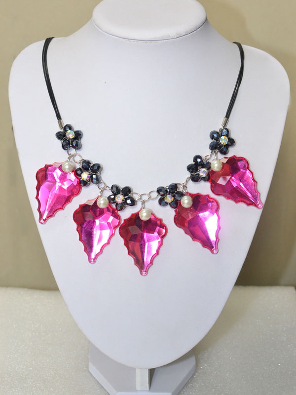 Here is the final look of this waxed cord necklace with black beaded flower and big hot pink leaf drop!