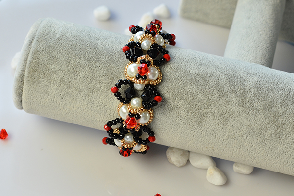 the final look of the finished beaded bracelet: