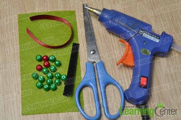 materials and tools for making a felt Christmas tree hair clip