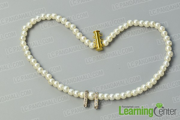 make the first part of the three-strand white pearl bead necklace