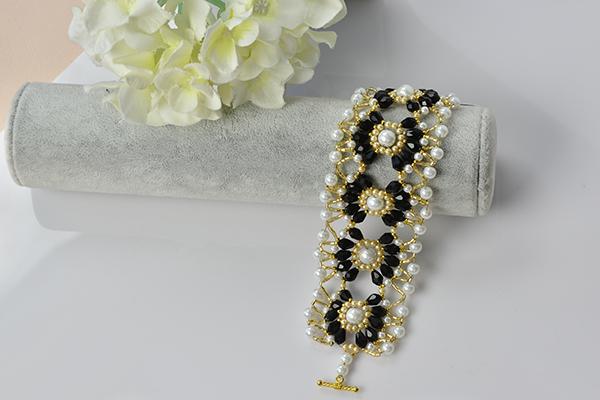 final look of the handmade black and white beaded flower bracelet