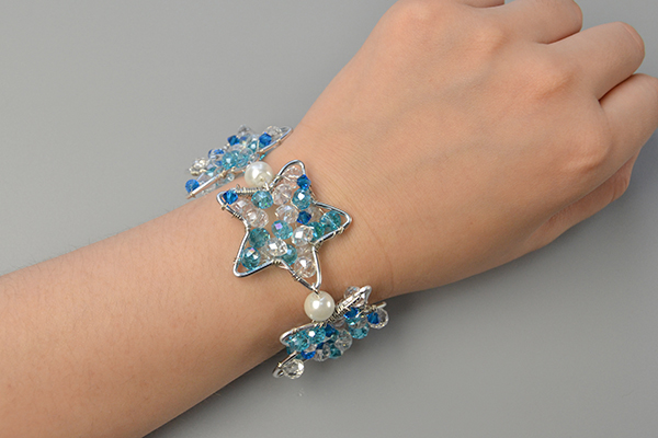 Here is the final look of my cool wire wrapped star bracelet with glass bead decorated!