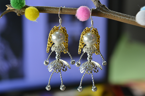 Here is the final look of this pair of lovely wire wrapped pearl doll earrings:
