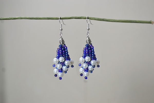Here is the final look of the easy beaded cluster earrings with purple seed beads and white pearls.