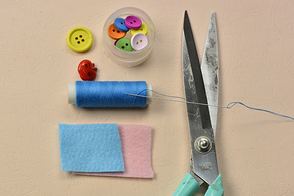 Supplies in making the lovely felt phone pouch with buttons decorated: