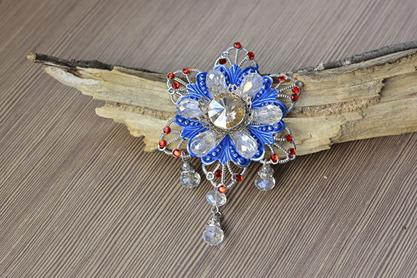 I'm so happy to show you the final look of this charming glass and rhinestone flower brooch!