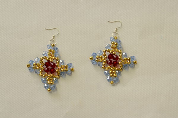 Show you the final look of my glass beaded cross earrings: