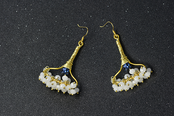final look of the wire wrapped and glass bead drop earrings