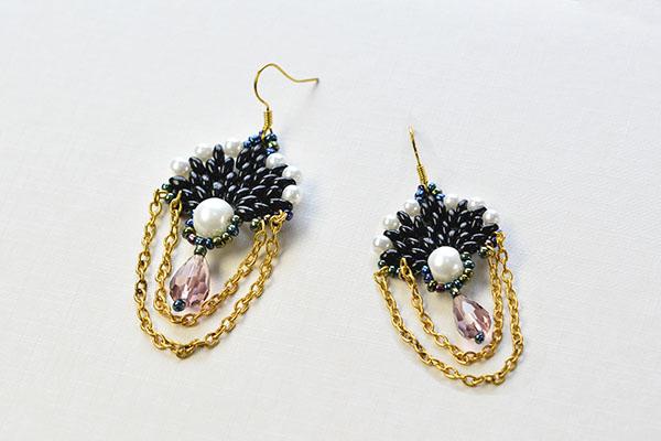 The final look of the dangle beaded earrings