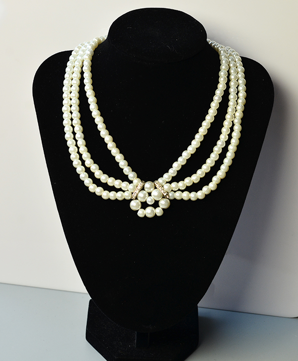 final look of the three-strand white pearl bead necklace