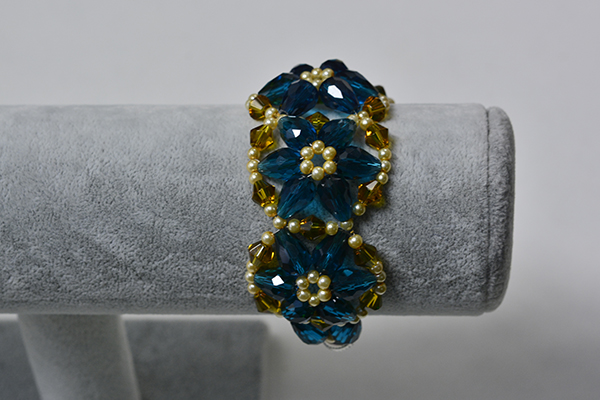 And this is the final look of this blue glass beaded flower bracelet for girls.