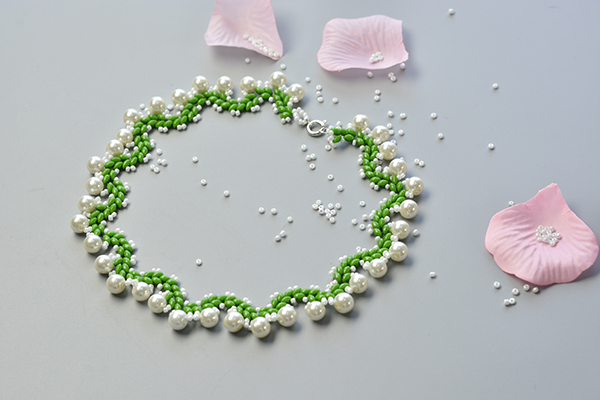 final look of this beaded collar necklace