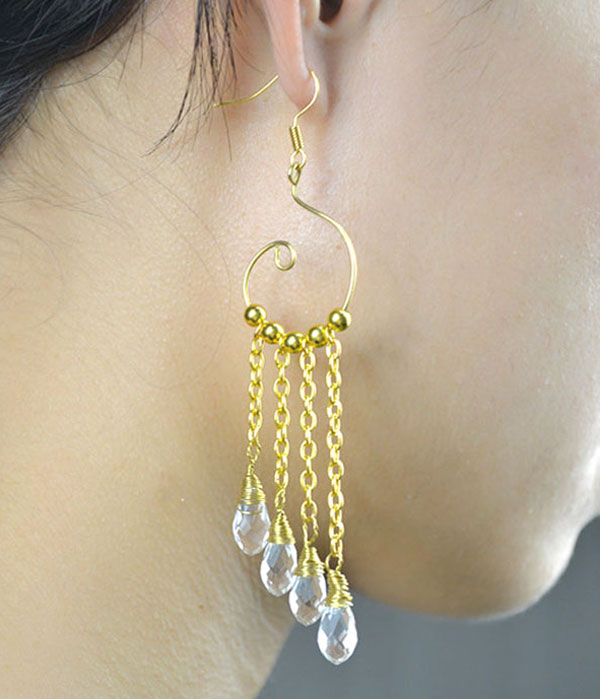 the final look of gold chain link earrings