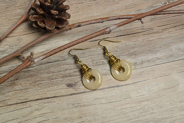 the final look of the wire dangle earrings