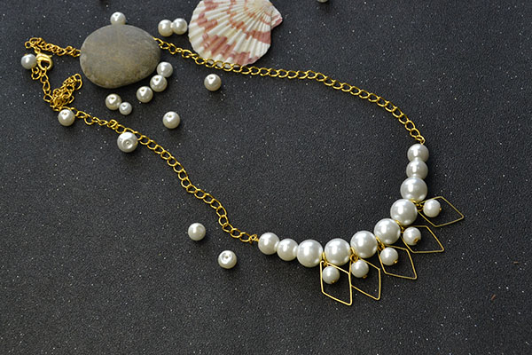 You also can add several pearl dangles onto the chain casually: