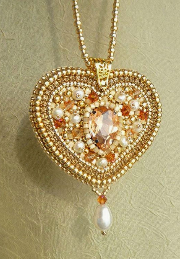 the final look of the golden heart shaped necklace