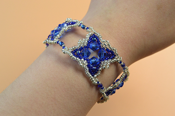 final look of the blue glass and seed bead bracelet