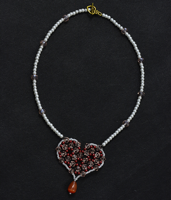 final look of the red bead heart pendant pearl necklace