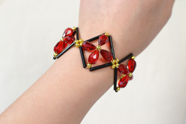 The final look of the square bangle bracelet:
