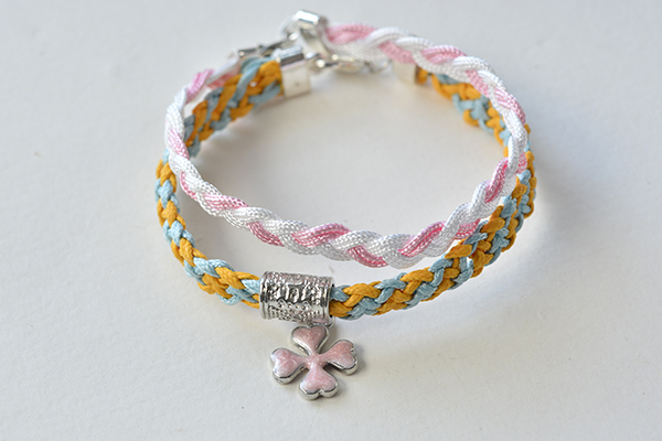the final look of the braided thread bracelet and kumihimo bracelet